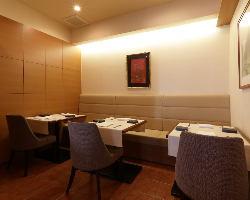 店内奥のテーブル席は、個室としても利用できる