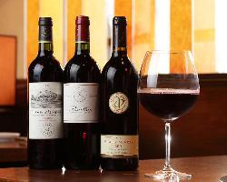 選りすぐりのワインが赤身肉の旨さを引き立てる