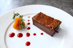 シャンティ自慢の肉料理を食べながら、肉食女子会はいかがですか