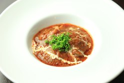 牛のロース肉をじっくり煮込んだ一押しメニューもお手頃価格。