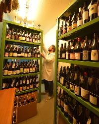 ワインセラーからお好きなワインをお選びください。