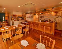 開放的な店内のワイン食堂です。
