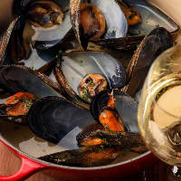 活ムール貝の白ワイン蒸しと白ワインのマリアージュをぜひ