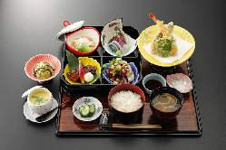 丼ものが充実しているランチタイム。旬の鮮魚を召し上がれ!