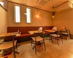 白い壁に木目のテーブルが印象的な、明るい雰囲気のテーブル席