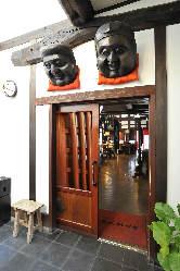 扉を開けると、米蔵ならではの重厚感を感じる空間がお出迎え。