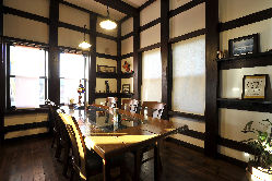 ご家族や接待などにも気軽にご利用いただける1階テーブル席。