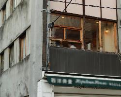 とあるビルの2階。隠れ家的なお店です。
