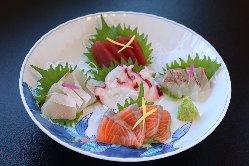 鮮度抜群の魚介類による「刺身盛り合わせ」は当店自慢の一品!