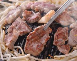 当店自慢の『生ラム肉』を食べ放題で楽しめる♪