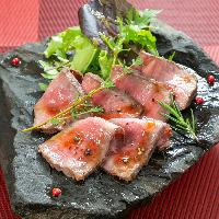 希少なブッラータチーズとフルーツトマトのカプレーゼ。