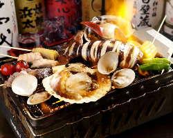 名物の炎の浜焼!各テーブルで海鮮BBQ宴会!