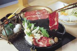 すき焼きとしゃぶしゃぶが同時に食べれるすきしゃぶ鍋!