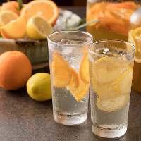 自家製のはちみつレモン&オレンジをたっぷり使用フルーツ酎ハイ