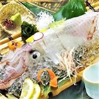 市場から直送した魚介類は、店内の生け簀で泳がせています!!