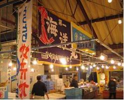 海鮮市場「かろいち」内。 威勢のいい掛け声と鮮度抜群の魚介☆