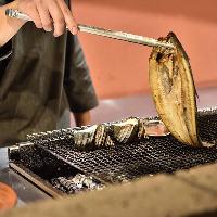 【自慢の逸品料理】 鮮魚を炉端焼きや刺身など様々な形でお届け