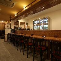 日本酒がディスプレイされた、粋なカウンター席