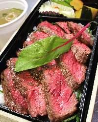 炙り峠下牛ステーキ重はリピーターが続出です。