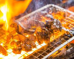 [当店一番人気] 氷温熟成させた若鶏モモの炭火焼