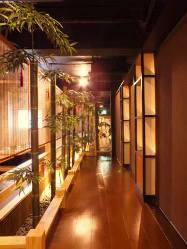 エントランスをくぐれば日本庭園のような空間が広がります。