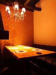 シャンデリア煌めくソファー個室。女子会やコンパにもどうぞ!