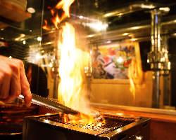 キッチンから立ち上がる炭火の炎はライブ感たっぷり。