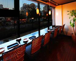 窓が大きい開放的な店内より、西川の夜景をお楽しみ頂けます。