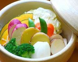 人気の根菜類を土鍋を使用した 遠赤蒸しで味わう。
