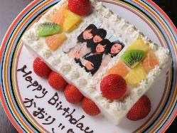 誕生日には音楽、クラッカー、ケーキでサプライズのお祝い。