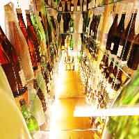 入口すぐにある日本酒セラーには全50種以上の地酒が並びます