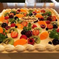 ウエディングケーキは豪華フルーツ盛りで