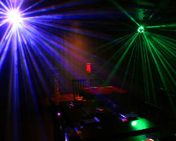 幻想的な照明で見る迫力のステージショー