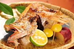 匠の技。高級魚から地の鮮魚まで腕利き料理長が調理。