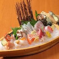 旬の鮮魚をふんだんに盛り付けた日替わりのおすすめメニューです