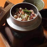 魚介類をはじめ季節の食材を活かした「釜飯」をお楽しみください