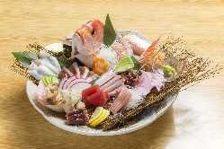 活魚も多数!旬の魚介類満載、当店自慢のお造り盛り合わせ♪
