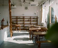 陽の光差し込む開放的な店内。ナチュラルに統一された空間です。