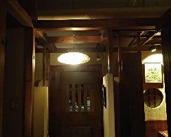 京提灯の和紙と竹ひごの間からもれた温かい光でお出迎えの玄関