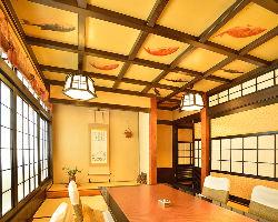 「鯛」と「ふぐ」が描かれた部屋は、顔合わせや結納の席に最適。