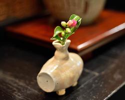 店内に飾られた花入れの中には、陶芸を嗜む二代目の作品も。