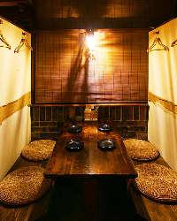 雰囲気抜群のすだれ個室空間は、楽しいひと時をお約束。