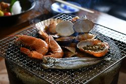 新鮮な魚介の炉端焼きをお楽しみください。