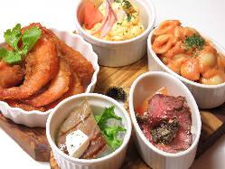 牡蠣やお肉のお酒に合うタパス料理が豊富です♪
