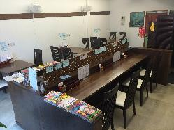 カウンター4席、テーブル10席、子供イスも有ります