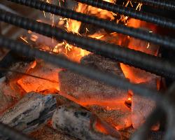 カウンター前に設置しています囲炉裏。 じっくり炙った逸品を。