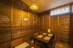 友人との食事から接待にも利用しやすい、4名掛けの半個室。