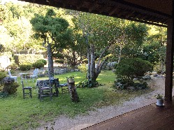 季節を目でも楽しめるようにと、常に手入れが行き届いた庭園。