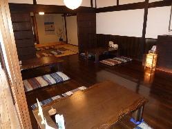 4人用テーブルが4つと、6人用テーブルが1つの小さな店です。