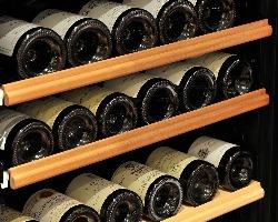 1,000本を超える、シェフが揃えるこだわりのワイン。